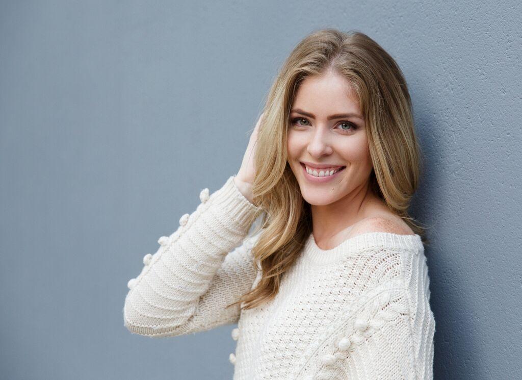 Actress Jordan Claire Robbins Explores Comedic Side With Man Seeking Woman Internationalfilmreview